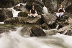 Twee kerels het mediteren stock afbeelding