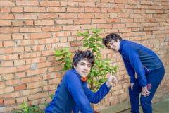 Twee kerels ploeteren in het tuinieren Royalty-vrije Stock Foto