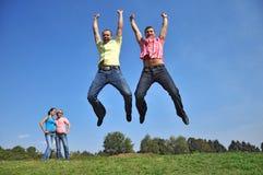 Twee kerels springen met hun omhoog handen stock fotografie