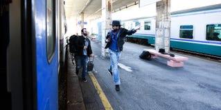 Twee kerels zijn laat voor de trein en het lopen om het te vangen Één van hen wordt verspild royalty-vrije stock fotografie