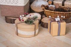 Twee Kerstmisgiften op houten achtergrond Stock Afbeelding
