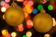 Twee Kerstmisornamenten en kleurrijke lichten Royalty-vrije Stock Fotografie