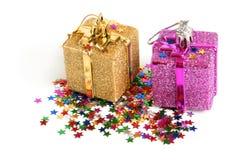 Twee Kerstmisspeelgoed met confettien royalty-vrije stock afbeeldingen