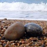 Twee kiezelstenen op strand Stock Foto's