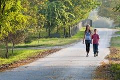 Twee kinderen bij de landweg Stock Afbeeldingen