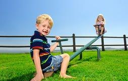 Twee kinderen in de speelplaats stock foto