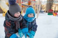 Twee kinderen in de winter Stock Foto