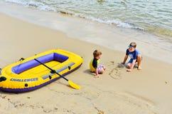 Twee kinderen die bij Mannelijk Strand spelen Stock Foto's
