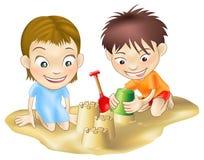 Twee kinderen die in het zand spelen Stock Foto