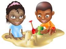 Twee kinderen die op het strand spelen Stock Afbeeldingen