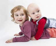 Twee kinderen die op vloer spelen royalty-vrije stock foto