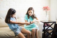 Twee kinderen die over de afstandsbediening vechten royalty-vrije stock fotografie