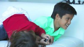 Twee Kinderen die over TV-Afstandsbediening debatteren stock video