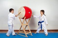Twee kinderen in een kimono die de trommel verpletteren Stock Afbeeldingen