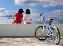 Twee kinderen en fiets stock foto's