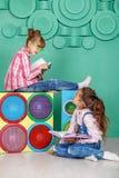 Twee kinderen gelezen boeken in de ruimte Het concept kinderjaren, l Royalty-vrije Stock Foto's