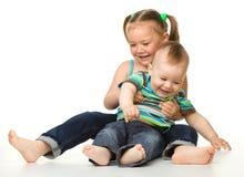 Twee kinderen heeft pret Stock Afbeelding