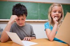 Twee kinderen het lezen Stock Afbeeldingen