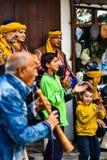 Twee kinderen juicht op een Segmen-folkleur toe royalty-vrije stock afbeeldingen
