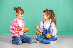 Twee kinderen met fruit, sinaasappel, ananas en granaatappel Meisje Royalty-vrije Stock Fotografie
