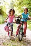 Twee Kinderen op Cyclus berijden in Platteland stock foto