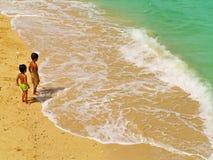 Twee kinderen op de kust Stock Foto