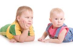 Twee kinderen op de vloer Royalty-vrije Stock Foto
