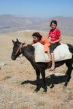 Twee kinderen op ezel stock fotografie
