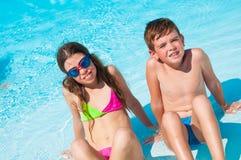 Twee kinderen op het strand Stock Foto's