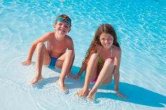 Twee kinderen op het strand Royalty-vrije Stock Afbeeldingen