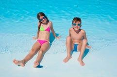 Twee kinderen op het strand Stock Afbeelding