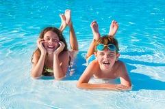 Twee kinderen op het strand Stock Afbeeldingen