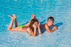 Twee kinderen op het strand Stock Fotografie