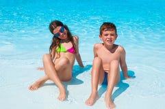 Twee kinderen op het strand Stock Foto