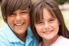Twee Kinderen in Park dat elkaar geeft koesteren royalty-vrije stock fotografie