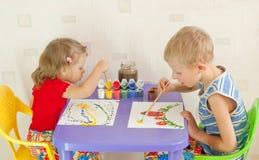 Twee kinderen trekken Stock Afbeelding