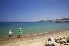 Twee kinderen vissen op de kust van Kusadasi Royalty-vrije Stock Foto's