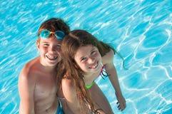 Twee kinderen in water Stock Fotografie