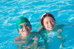 Twee kinderen in water Royalty-vrije Stock Afbeeldingen