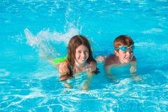 Twee kinderen in water Stock Foto
