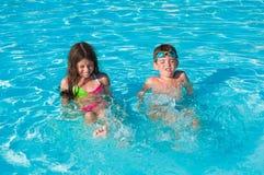 Twee kinderen in water Stock Afbeeldingen