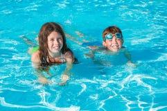 Twee kinderen in water Stock Foto's