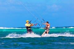 Twee kitesurfers die naar elkaar op overzeese achtergrond Extre gaan Royalty-vrije Stock Afbeelding