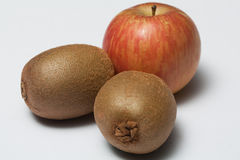 Twee kiwifruit en één Thaise appel Stock Fotografie