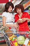 Twee klanten in supermarkt. Stock Foto