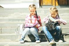 Twee klasgenoten met met schooltassen royalty-vrije stock afbeelding