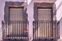 Twee klassieke vensters op steen stock fotografie