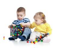 Twee klein kinderenspel samen Stock Foto's
