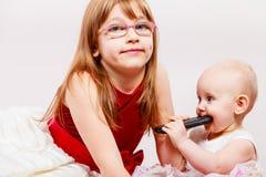 Twee klein zustersportret Stock Foto's