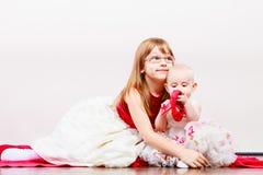 Twee klein zustersportret Stock Foto